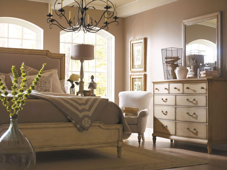Элегантная спальня с белой мебелью